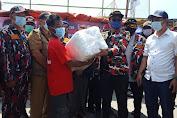 Ormas LMP Melalui Panglimanya, Daeng Jamal Berikan Bantuan Pada Warga Korban Kebakaran Kapuk Muara.