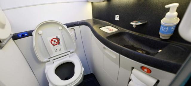 Tips Menggunakan Toilet di Pesawat