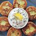 Buñelos de queso feta y patata con salsa tzatziki y un final de cine