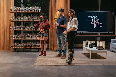 Elisa Fernandes ajuda Marina Person e Márcio Silva a elegerem o melhor drink da noite. Crédito: Barry Company