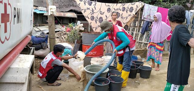 Atasi Krisis Air Bersih di HST, PMI Distribusikan Ribuan Liter Tiap Hari