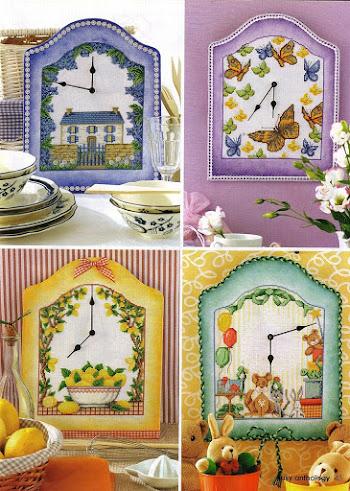 Quattro divertenti idee per un orologio a tutto punto croce, adatto per rallegrare ogni angolo della casa, dalla cucina al soggiorno fino alla camera dei bambini.