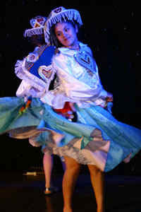 Foto de mujer en pleno baile de Kullawada