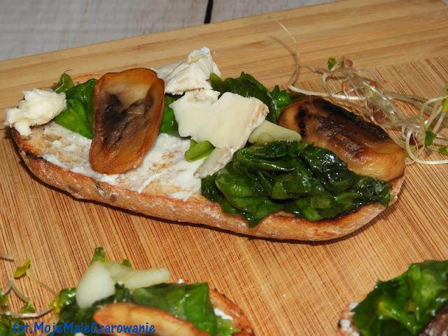 Grzanki z gorgonzolą, szpinakiem i pieczarką - CZYTAJ DALEJ