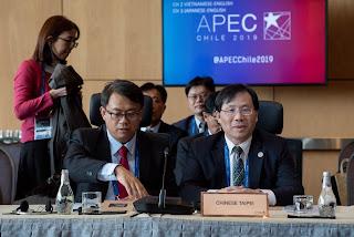 林全能次長(右)會中說明說明 O2O倡議4年成果(照片提供APEC)
