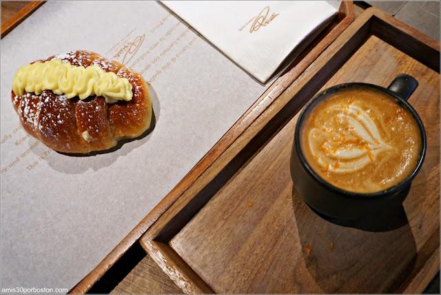 Café y Bollo en el Starbucks Reserve Roastery de Chelsea, Nueva York