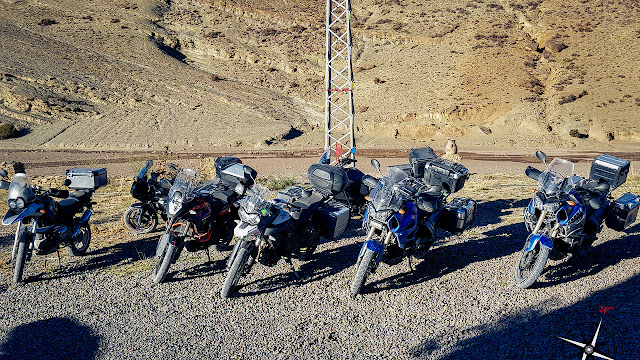 Motos aparcadas en la puerta de la kasbah de Imilchil