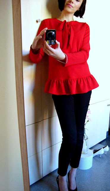 W co się ubrać na Wielkanoc? Propozycja z czerwoną bluzką z baskinką.