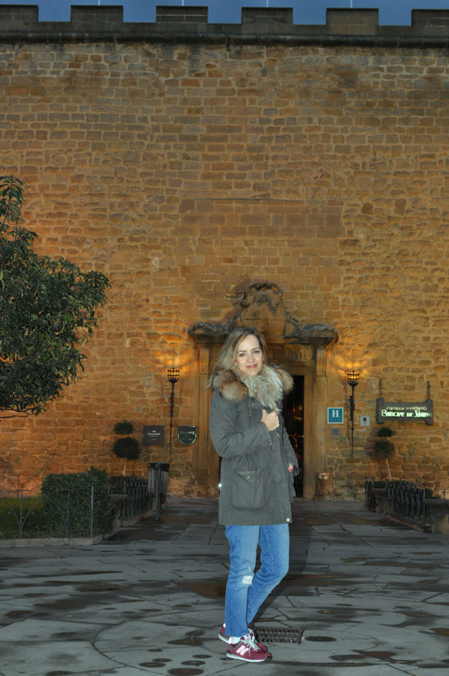 Military trench / travel look / look de viaje