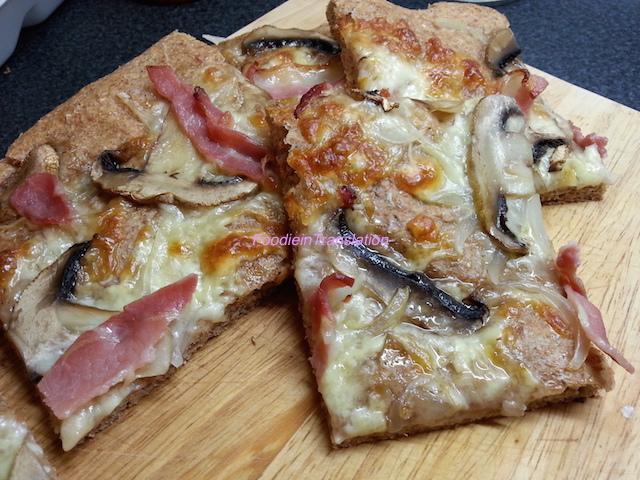 Pizza funghi e bacon - Mushroom and bacon pizza
