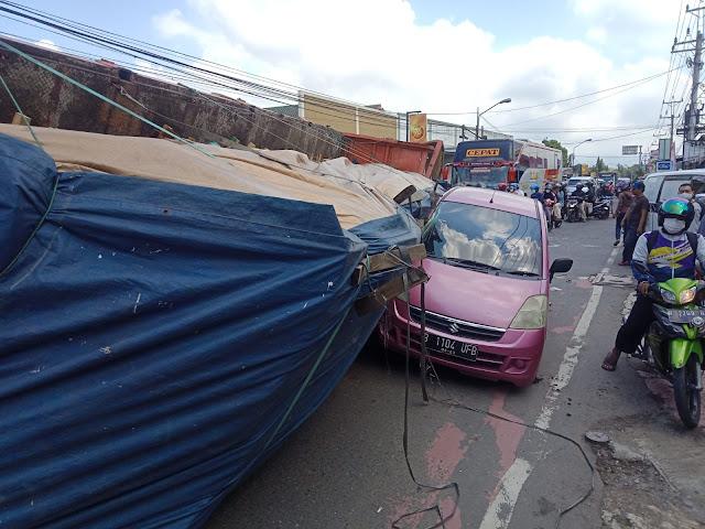 Akibat Rem Tidak Berfungsi, Truk Terguling Timpa Mobil di Perempatan Sirongge