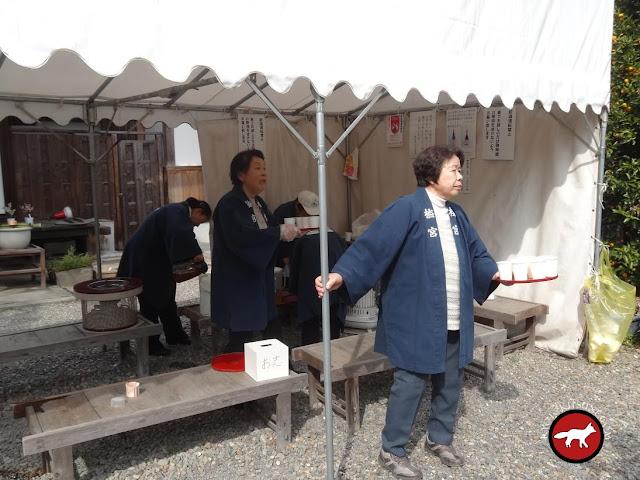 Distribution de ume et de saké au temple umenomiya à Kyoto