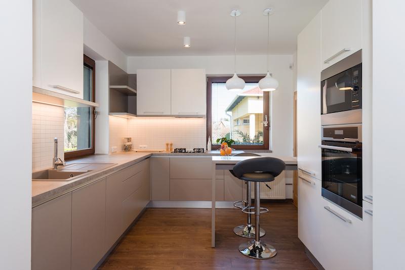 cocina con mobiliario a medida para aprovechar rincones muertos