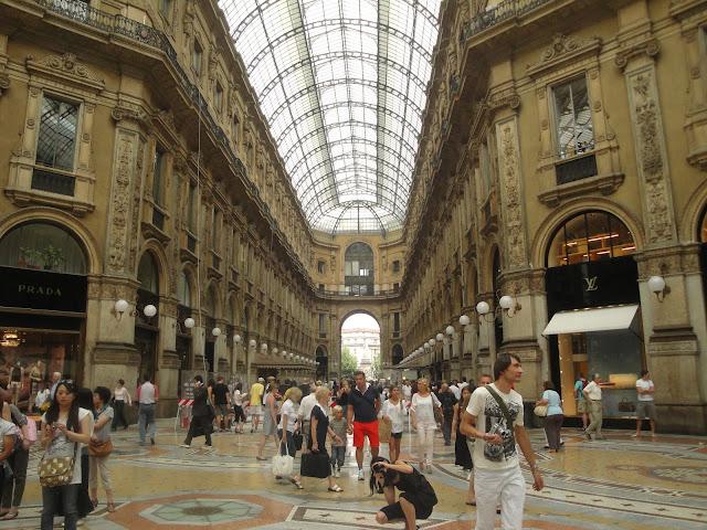 Interior da Galleria Vittorio Emanuele II - Milão - Itália