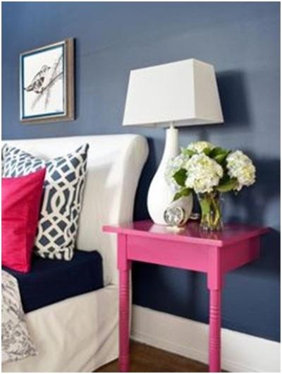 Bentuk meja di samping ranjang ini beda dari bentuk meja pada umumnya.