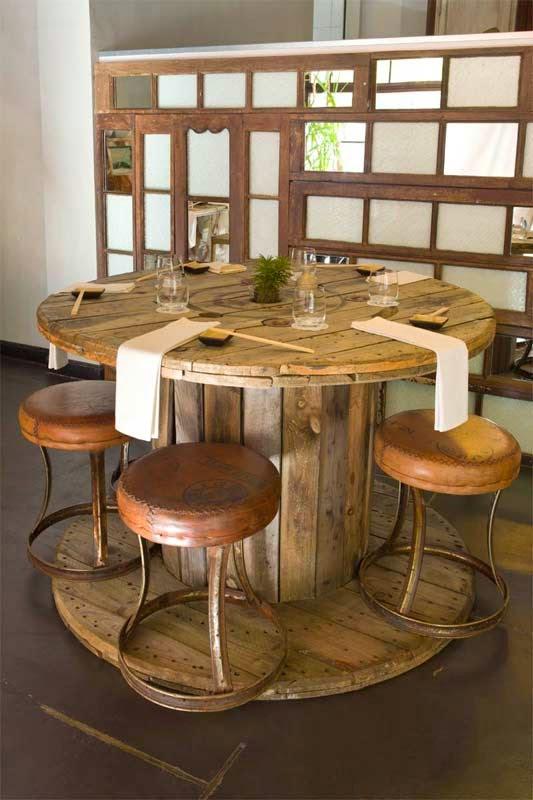 Amuebla la sala comedor de un restaurante con bobinas de madera