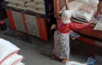 Sedih, Nenek Renta Pungut Butiran Beras yang Berserakan di Truk Untuk Bertahan Hidup