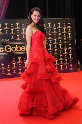 Glamour Dress Atiqa Hasiholan sangat cantik dengan gaun merah manis dna menawan