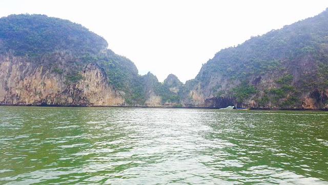 การเกิดเป็นเกาะทะลุได้ก็เพราะ ตัวเกาะเป็นเขาหินปูน เมื่อถูกแรงกัดเซาะของคลื่น ก็จะทำให้เกิดลักษณะเป็นช่องเป็นโพรงขึ้น