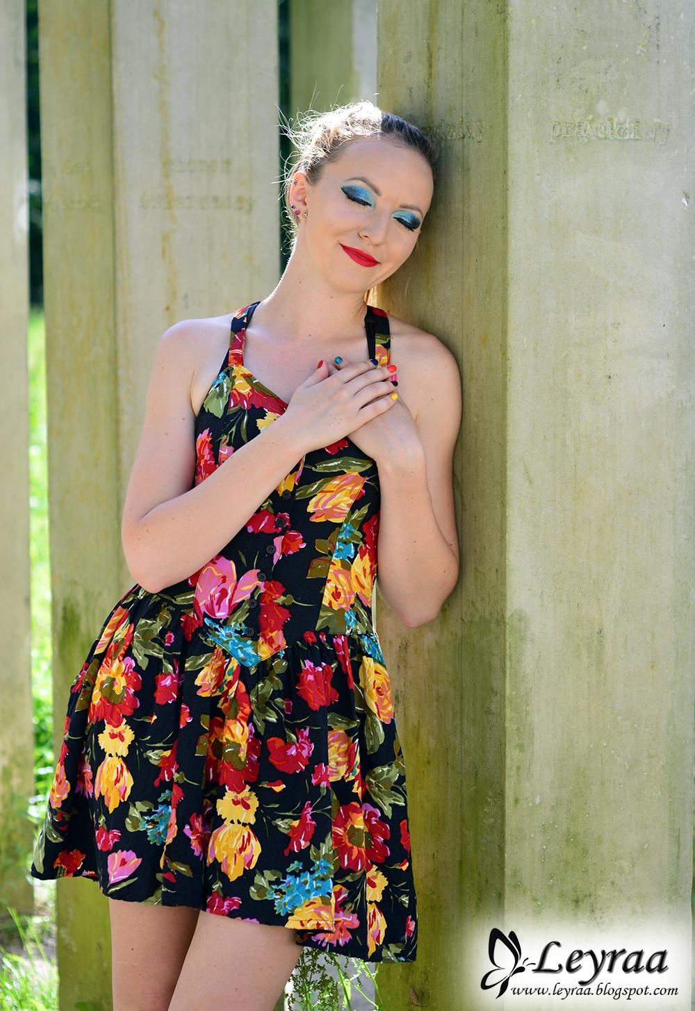 Czarna sukienka gorestowa w kwiaty z dłuższym tyłem, vans old skool lite czarno białe
