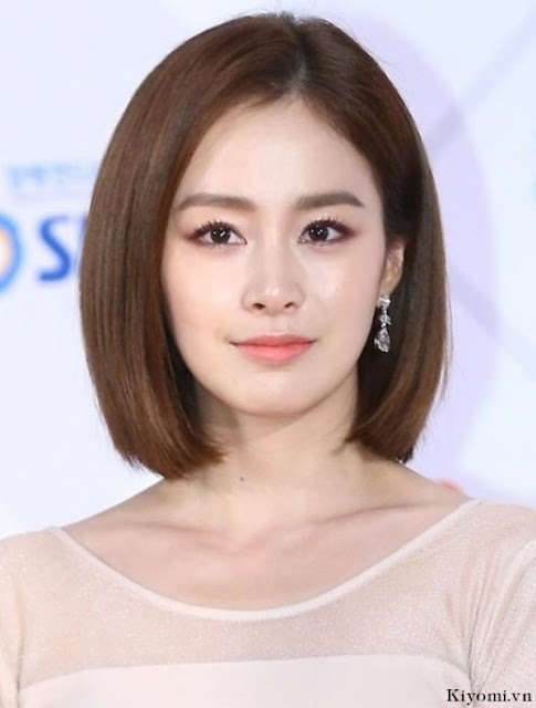 Mái tóc cúp lệch với phần tóc ngắn và hai bên tóc được cắt ôm nhẹ vào khuôn mặt với độ dài ngắn khác nhau chính là kiểu tóc vừa đơn giản và cá tính phù hợp với độ tuổi 35
