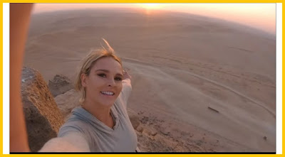 عارضة أزياء أمريكية تتسلق الاهرامات المصرية بدون ترخيص