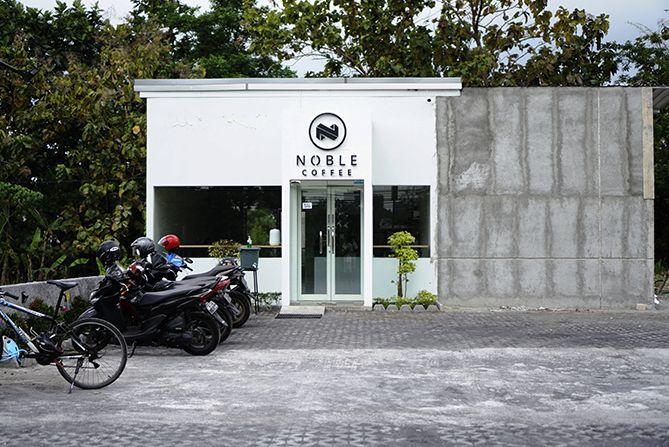 Halaman Kedai Noble Coffee Jogja cukup luas