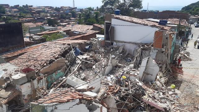 Após explosão, cinco casas desabam na Zona Leste de Natal; quatro pessoas morrem