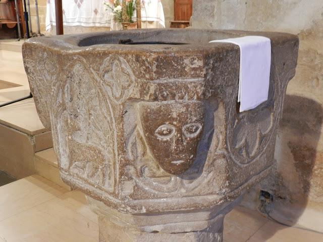 MEZE (34) - Bénitier (XVe siècle)