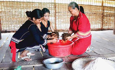 Người Ba Na ở Kon Jơ Ri độc đáo men rượu vỏ cây