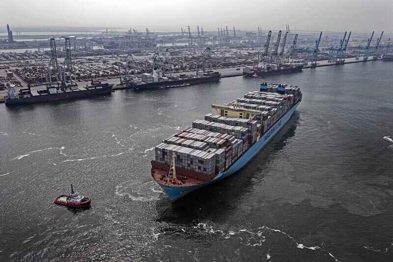 A A.P. Moller - Maersk e a Hyundai Mipo Dockyards concordaram em um contrato para a Hyundai Mipo construir um navio alimentador com uma tecnologia de motor duplo que permite navegar com metanol ou combustível tradicional de muito baixo teor de enxofre.