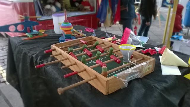 Brinquedos da Kombina: pebolim de madeira e bilboquê