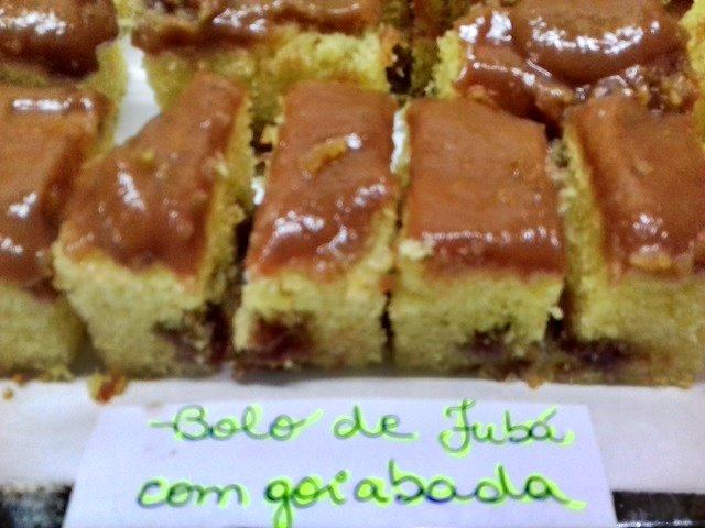 Como fazer bolo de fubá com goiabada (por Renata Fraia)