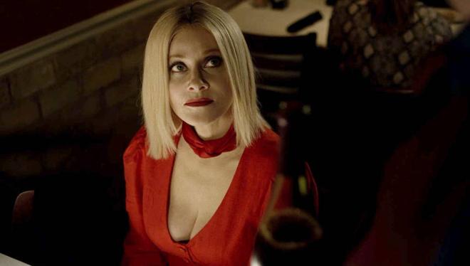 barbara Crampton con vestido rojo sexy