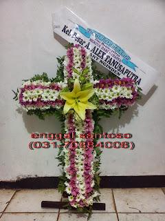 rangkaian karangan bunga salib aster ungu
