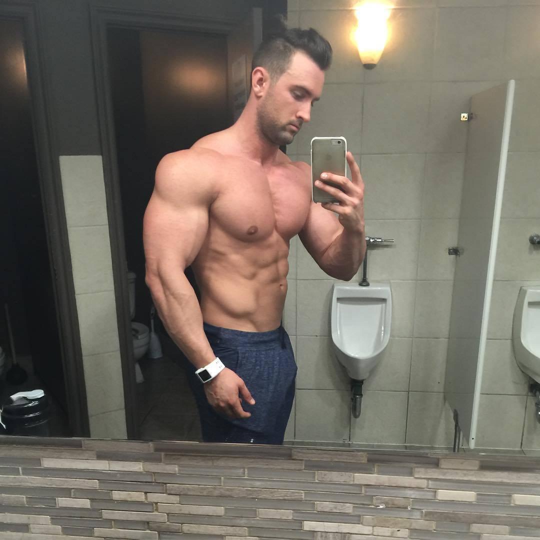 huge-strong-men-dylan-thomas-hunky-beefcake-selfie