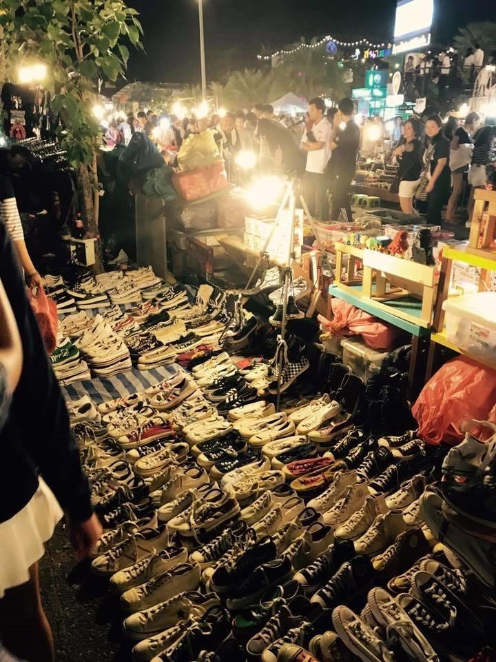 ขายอะไรดีตลาดนัด ขายรองเท้ามือสอง