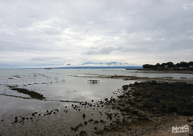 La mer Ariake et le mont Unzen derrière les nuages