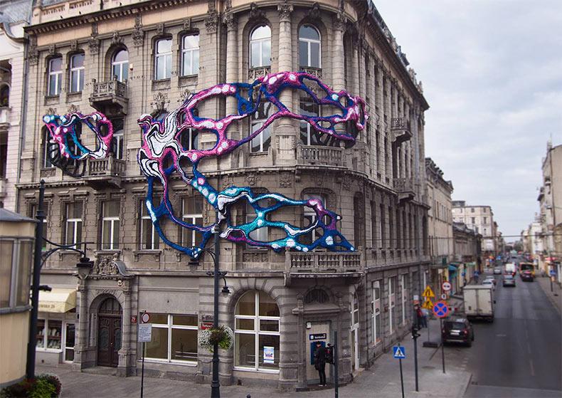 Instalación 'hiperbólica' alrededor de una fachada del edificio de 100 años de antigüedad en Lodz