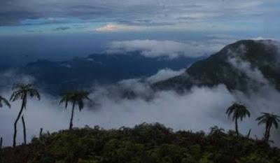 foto pemandangan di gunung bukit raya