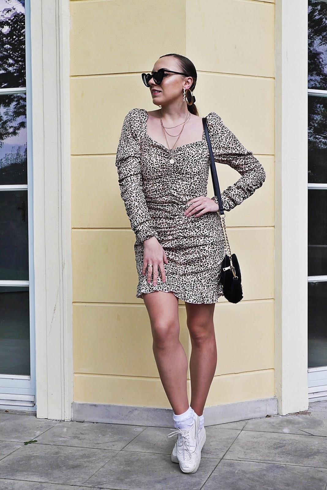 blog modowy blogerka modowa karyn puławy sukienka w panterkę z bufiastymi rękawami femme luxe białe platformy okulary serca aliexpress czarna torebka renee nerka