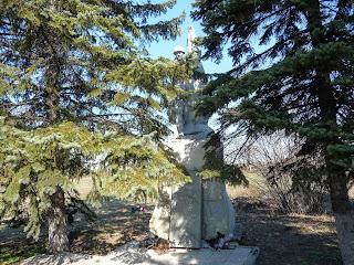 Лысовка, Покровский р-н. Центральная ул. Памятник воинам-освободителям