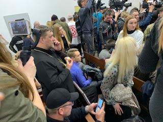 «Облили сечею». На суді у справі Шеремета побили журналіста. Відео