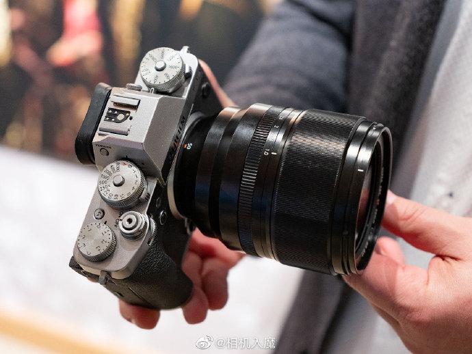 Объектив Fujifilm XF 50mm f/1 R WR с камерой