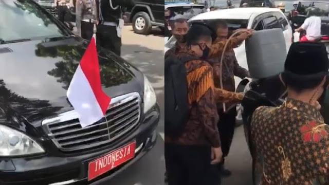 Mobil Wapres RI-2 Isi BBM di Pinggir Jalan Pakai Jerigen