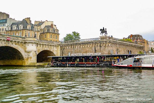 Vedettes du Pont Neuf, barcos que fazem passeios pelo Rio Sena, em Paris