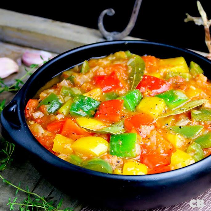 Italiaanse peperonata met drie kleuren paprika en tomaat
