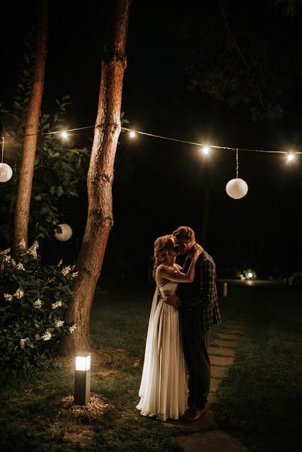 Para Młoda nakryta wieczorem przy pocałunku Anita Wąsik Fotografia
