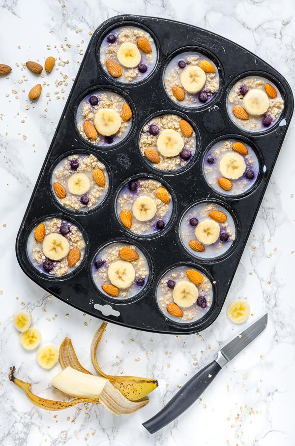 vegane Oatmeal Cups zum Einfrieren mit Banane, Mandel und Blaubeere, Muffinform