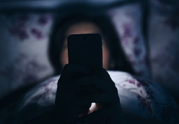 Leitura do smartphone com um olho pode levar à cegueira temporária?